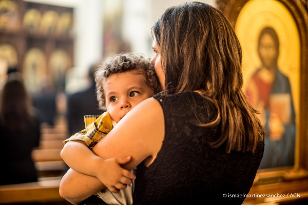Madres y niños luchan por sobrevivir en un país destrozado por la guerra. ¿Qué hacer, a donde ir?